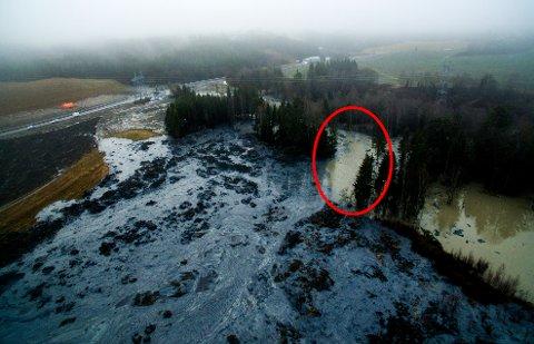 FUNNET: En av de tre omkomne litauiske mennene ble i dag funnet i området med rød ring rundt. Området har vært dekket av et lag med vann, som i løpet av den siste uka har blitt drenert ut. Søket etter de to fortsatt savnede vil fortsette. FOTO: SCANPIX