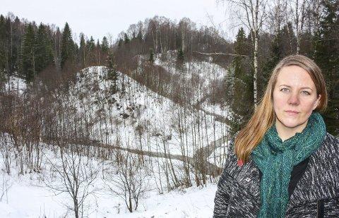 VIKTIG NATUR: Kristin Antun i Miljøpartiet de Grønne i Nannestad er glad for at det store ravinesystemet ved Slemdalbekken i Holter ikke blir fylt igjen. Nå må massedeponiet tas ut av kommuneplanen til Nannestad. Foto: Rune Fjellvang
