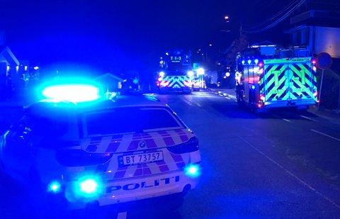 BRANN I BOLIG: Flere brannbiler, ambulanser og politi var på plass på Fjellhamar søndag kveld. FOTO: VIDAR SANDNES