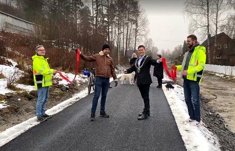 SNORKLIPP: F.v. Kjetil Smestad fra kommunen, komitéleder Håkon Lindahl, ordfører Ståle Grøtte og Henning Colbjørnsen fra kommunen.