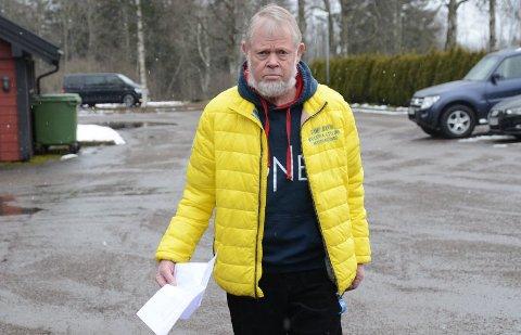 VIL ADVARE: Hans Martin Rønning leverte tirsdag anmeldelse av Hafslund Strøm til politiet. - Jeg vil advare andre som plutselig får beskjed om ny strømavtale, uten at de har underskrevet noen kontrakt, sier han. Kona Torbjørg ville ikke være med på bildet. Foto: Knut Ingar Hjertaas