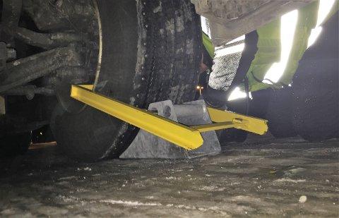 LÅST: Statens vegvesen har satt hjullås på en trailer som sto og spant på flat vei i Sætre fredag formiddag.