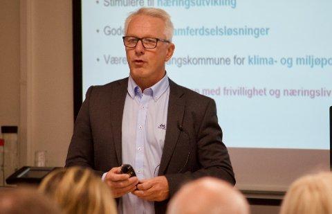 REGNSKAP: Rådmann Lars Bjerke legger fram årsregnskapene fra de tre kommunene som snart skal bli til èn.