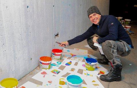Michael Tjelle tok grep og har startet oppussingen av undergangen ved Gokstad barneskole.