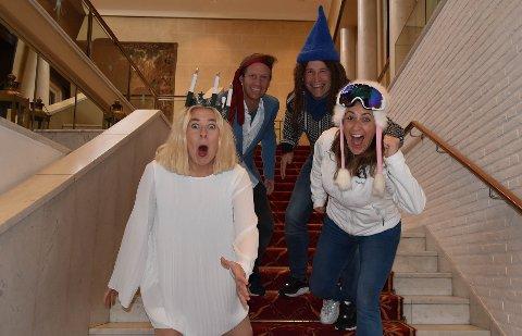 FØRSTEMANN TIL BAREN: De skal ned en etasje før det blir juleshow på Park hotell. – Vi har laget juleshow her fem ganger før, men synes det er like gøy hver gang, sier Trine Lise Aadne (fra venstre), Frode Aleksander Rismyhr, Espen Rolstad og Monica Hofstedt-Moe. FOTO: Vibeke Bjerkaas