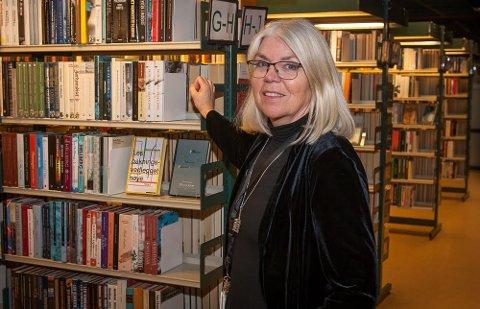 Blant hyllene i biblioteket kan man gå på oppdagelsesturer og finne skatter, synes Anne.