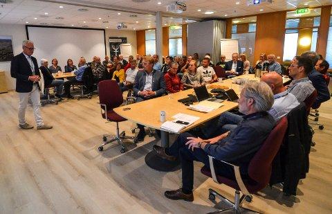 INFORMASJON OG DIALOG: Rundt 40 naboer til Sandefjord Lufthavn stilte på et informasjons- og dialogmøte om støy. Adminstrerende direktør Gisle Skansen (t.v.) innledet møtet. Nærmest til høyre sitter miljøsjef Lars Guren.