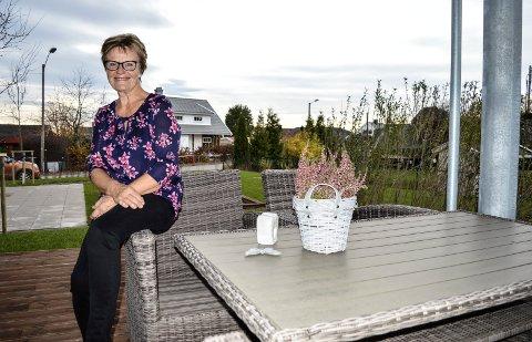 STORTRIVES: Øydunn Seim Bjørknes fikk drømmeleiligheten i front, mot det store grøntarealet og lekeplassen. Hun har bare hatt noen døgn på nytt hjemsted, og har funnet seg til rette fra dag én.