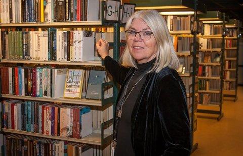 NY FORMIDLINGSMÅTE: Sandefjord bibliotek setter opp småbord og inviterer til direkteoverførte litteraturmøter. – Vi får store forfattere «på besøk». Visningene på storskjerm er i sanntid, sier Anne Schäffer, som er rådgiver for kultur og fiksjon ved Sandefjordsbibliotekene.