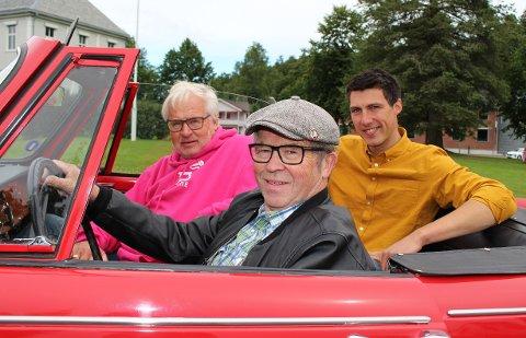 LOVER MYE MORO: Knut Moland (nærmest) er veteranbil-entusiast og vil delta på bilrebusløpet. Bjørn Aamot (i rosa) er leder for Hælja Hime-komiteen og Ole Kristian Sommerstad Bruserud fra Andebu Ungdomslag.