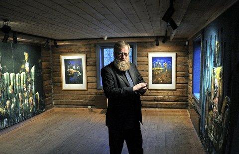 Suksess: Håkon Gullvåg-utstillingen «Kapitler» har vært en stor publikumssuksess. Her er kunstneren under åpningen på Soli Brug.Arkivfoto: Jarl M. Andersen