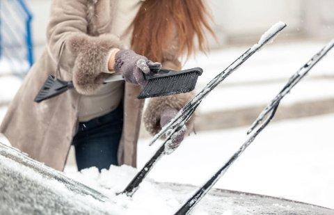 Hvis du setter opp vindusviskerne når du parkerer for kvelden, unngår du også at de kan fryse fast i frontruten.