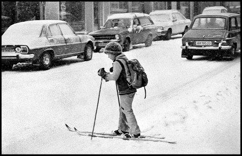 Før: 1977. Glengsgata en vinterdag i januar for snart 43 år siden. Ei lita jente på ski midt inne i sentrum - hun kommer sikkert fra skolen. Mener å ha hørt at dette er datteren til Grete Moræus Stray og Kristen Fredrik Stray. Og hun er sikkert på vei til byens beste blomsterbutikk, som gode og friske Grete drev i mange år.Hvit snø i gatene var det, men bilene kom fint fram, for det var skikkelig brøytet. Og legg merke til: det det var ikke saltet. En liten Simca smyger seg fint fram, mens vi ser  en Peugeot 504,Ford Escort og en Mercedes 123 parkert.