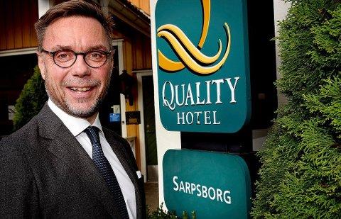 SPENT: Hotelldirektør Øyvind Hagen på Quality Hotel Sarpsborg er spent på hva Stortingspolitikerne kommer fram til i dag.