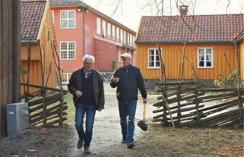 Befaring: Forfatter Tor Bertel Løvgren på researchtur i Sarpsborg og Borgarsyssel. Til venstre er hans kamerat Arne Svendsen fra Årum, som han ble kjent med gjennom studietiden på Tuneteknikeren.