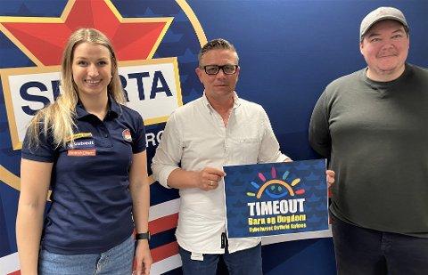 """Viktige midler: Sparta ved Tine Scott og Jan Håkon Dalen fra Sparta er veldig glad for at Espen Kamperhaug i midten ønser å bidra med penger til """"Spartas Timeout"""" prosjekt."""