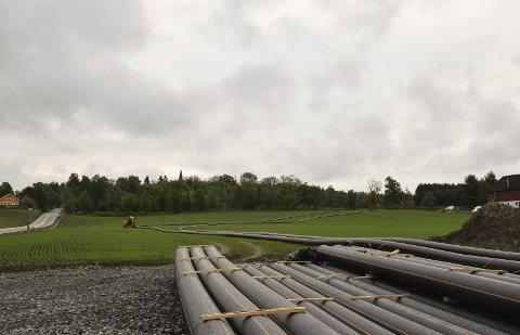 Snur kloakkstrøm: Disse kloakkledningene skal snu kloakken som går til renseanlegget i Trøgstad – og sende den til Mysen. Foto: Josephine Skahjem