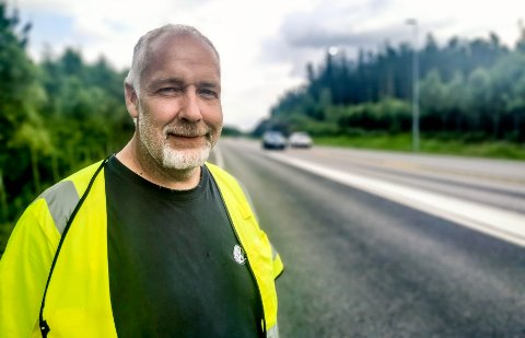 VILTVAKT: Sven Danielsen er viltvakt og ikke videre imponert over bilistene som kjørte forbi.