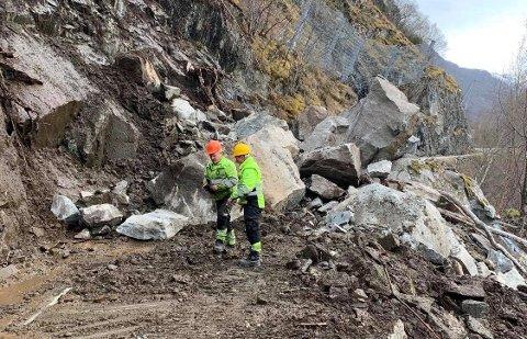 STORE STEIN: Erling Stokkebø og Nils Georg Settevik har sett ein del store stein opp gjennom. Men sjeldan så mange og så store på så smal ein fylkesveg på ein gong.