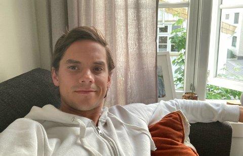 LENGE SJUK: Bjørnar Hove (26) blei godt kjend med sofaen i leilegheiten heime i Grimstad i vinter, i samband med at han blei smitta av koronaviruset i slutten av november. –Det var som ein influensa på steroidar, seier sogndølen.