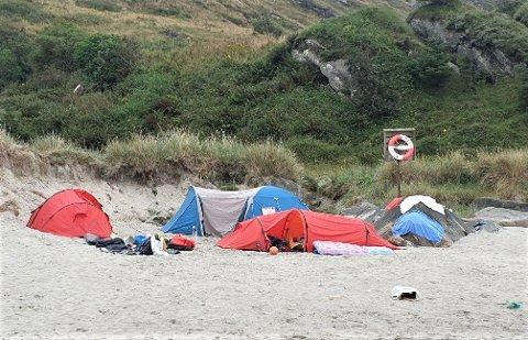 Slik har det til tider sett ut på Vigdelstranden. Enkelte skal ha teltet her i to uker av gangen.
