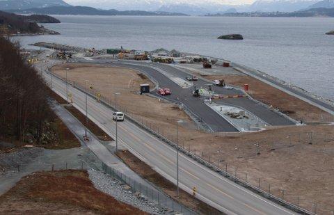 Til sammen skal det legges til rette for 141 parkeringsplasser ved tunnelåpningen på Solbakk. Anleggsarbeidet på terminalområdet skal etter planen være sluttført før sommerferien.