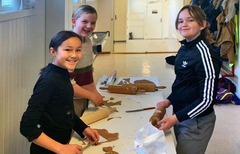 SAMARBEID: Iva Brekke Melberg, Kaia Strand og Sandra Angelica Bjordal Næss samarbeidet om å lage Solspeilet i pepperkakedeig, som skal bli en del av pepperkakebyen i Torghuset.