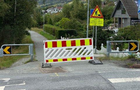 STENGT: Foreldre mener at denne gangveien på Jørpeland er blitt stengt uten at kommunen har lagt opp til gode alternative veier. Her fra Hellandsvegen.