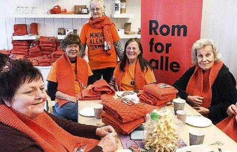 FRIVILLIGE: Hos Kirkens Bymisjon i Porsgrunn har disse damene sittet og strikket hver torsdag i lang tid.foto: privat