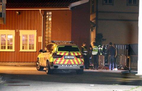 MYE Å GJØRE: Seks politibetjenter ble bundet opp i lang tid i Langesund ved Torden lørdag 6. oktober.