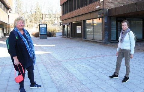RESSURS-FOKUS: May Omland og Anne Stubberød arbeider med hjemmetjenester i Skien kommune. De må konsentrere sine ressurser. På bildet holder de den avstanden helsemyndighetene mener er nødvendig for å unngå smitte.