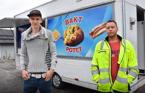 SPONTANKJØP: Robin Sørensen og Michael Karlsen kom hjem fra byen i bluesen med to bakte poteter - og en potetvogn. De håpet at de allerede skulle være i gang med å bake poteter til Notodden-folk, for de tror det vil være et populært innslag i bybildet.