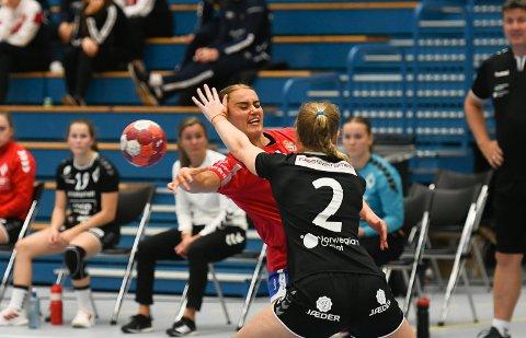 Skadet: Sara Dögg Hjaltadottir skadet seg i søndagens tøffe oppgjør mot Volda. Kampen endte til slutt med poengdeling.
