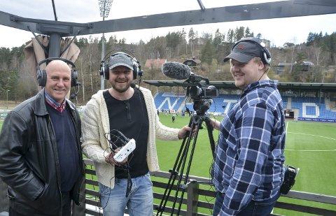 Trioen: Her er trioen som skal sørge for nettsending av Notodden Fotballs hjemmekamper. Kommentatorene Ole Kristian Murtnes og Helge Anderson, samt kameramann Stian Anderson Kaasa.