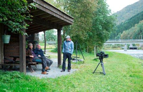PÅ SKJERMEN: Kjell Lund og Ola Tellesbø i samtale med regissør Jan Inge Skogheim fra Pandora Film. Tirsdag kommer herrene på NRK.