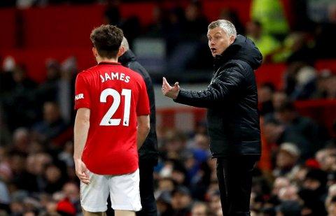 Manchester United manager Ole Gunnar Solskjær gir instrukser til Daniel James i kampen mot Aston Villa, som endte uavgjort.