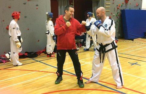 BESØK: Kjell Gunnar Polden (til venstre) og Surnadal taekwondoklubb hadde i helga besøk av Stephen Ryan som er landslagstrener i Irland og en anerkjent trener i taekwondomiljøet verden rundt.