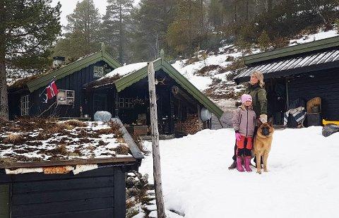 Mona Oline Haltbakk og datteren  Selma Karoline (7) foran hytta ved Bjøringsdalen i Aure. Her trives de godt, både to og firbente.