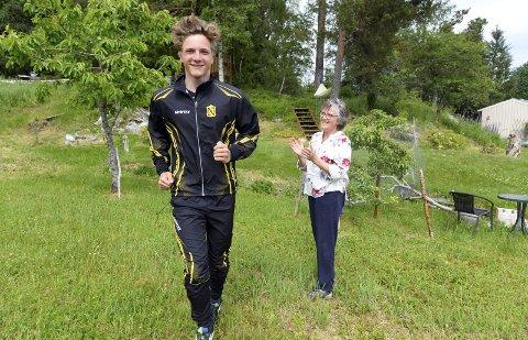 Heier på Tor Jakob: Tor Jakob Lien skal løpe 5 mil i uka for å samle inn penger til slumbarna i Bangkok. Det setter grunnleggeren av Santisuk Child Support, Rakel Yttervik, stor pris på.