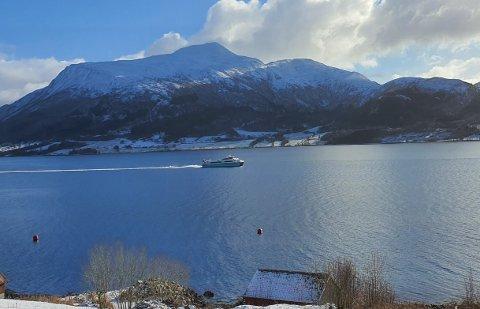 Hurtigbåten kjørte en helt annen vei enn normalt søndag. Det overrasket Anders Tangvik, som tok bilde av båten på vei inn i Kvernesfjorden.