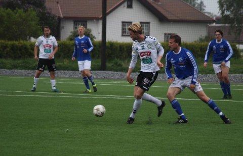 69ff9e07 TRAKK SEG: Vemund Roberg (med ballen) og Anders Gustavsen i aksjon borte mot