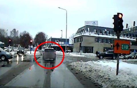 PÅ RØDT: Her er bilen midtveis ut i Mammutkrysset, mens det lyser rødt.