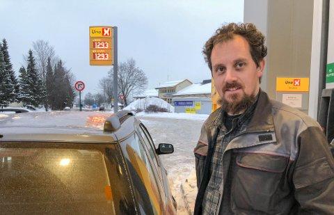 BRYR SEG IKKE: – Jeg fyller når tanken er tom, uten å se på bensinprisen, sier Egil Sagerøy fra Holmestrand. Tirsdag ettermiddag hadde han flaks, da var prisen 12.93 ved UnoX-stasjonen ved Nedre Langgate i Tønsberg.
