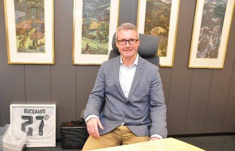 Det har kommet flere bekymringsmeldinger om lederstilen til fylkesrådmann Jan Sivert Jøsendal. Han skal selv rydde opp, noe som får ansatte til å reagere.
