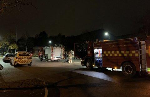 RYKKET UT: Nødetatene rykket ut til Eik idrettshall etter et branntiløp lørdag kveld.