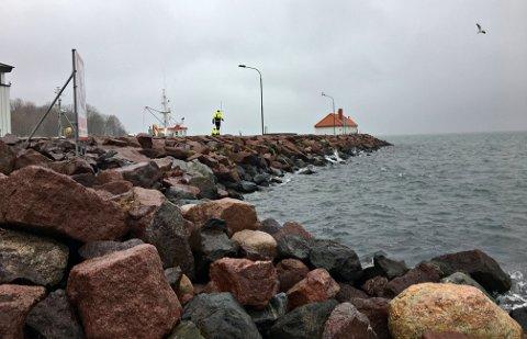 OLJESØL: Brannvesenet har brukt morgen og formiddagen på å lete etter oljesøl etter havari på en sjøkabel.   – Fram til kl. 11.00 søndag har de ikke observert olje i sjøen eller landpåslag, sier vakthavende brannsjef Einar Flogeland.