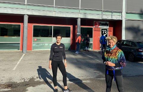 Utetreningen har vært svært populær. Nå ønsker treningssenteret å fortsette tilbudet utover sommeren. Bak står en ny gjeng som er klar for løpetur. Fra venstre: sportslig leder i Family Sports Club Lisa Marie Ronnie og treningsglade Gunn Jorun Junge.