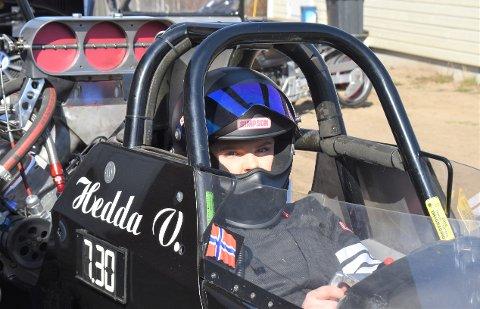 TRYGT: Hedda Victoria Birk føler seg trygg i bilen tross høye hastigheter. Hun har veltet en gang etter målgang i 130 kilometer i timen, men gikk fra det hele uten så mye som et blåmerke, forteller hun.