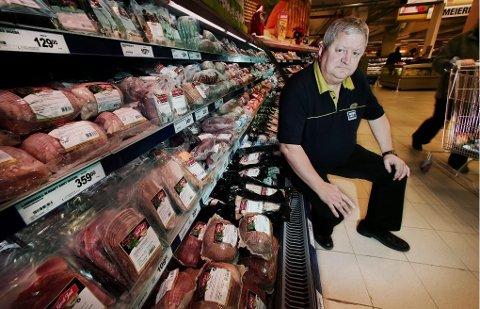 PENSJONIST: Hugo Andersen ble pensjonist 1. november, men han klarer ikke helt å holde seg unna butikken.