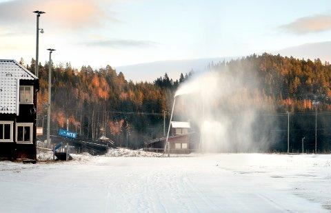 SNØPRODUKSJON: Snart kan det bli enda enklere å produsere snø på Steinkjer Skistadion